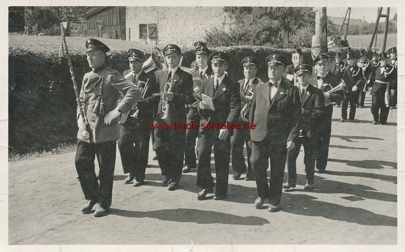 s/w-Foto-Postkarte Umzug Blaskapelle Harmonie Hauset (ca. 1950)