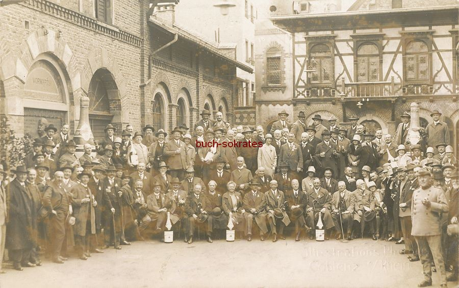Foto Gruppenfoto vor Sektkellerei Deinhard in Coblenz / Koblenz mit einigen XXL-Werbeflaschen - Weinprobe (ca. 1920)