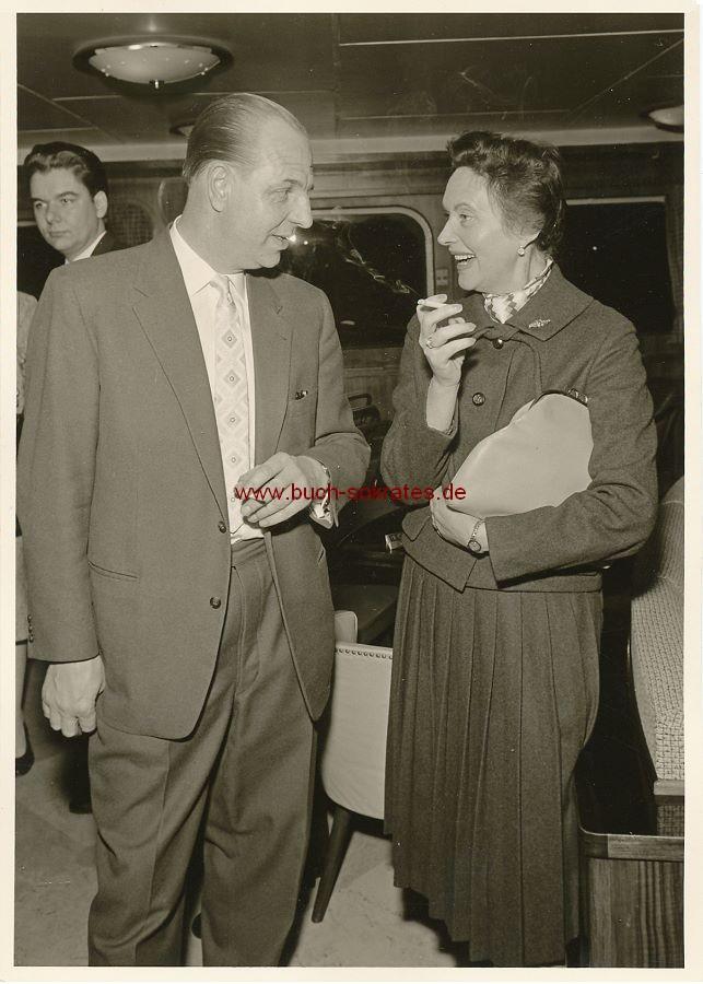 s/w-Foto-Postkarte Mann und Frau rauchend (ca. 1960)
