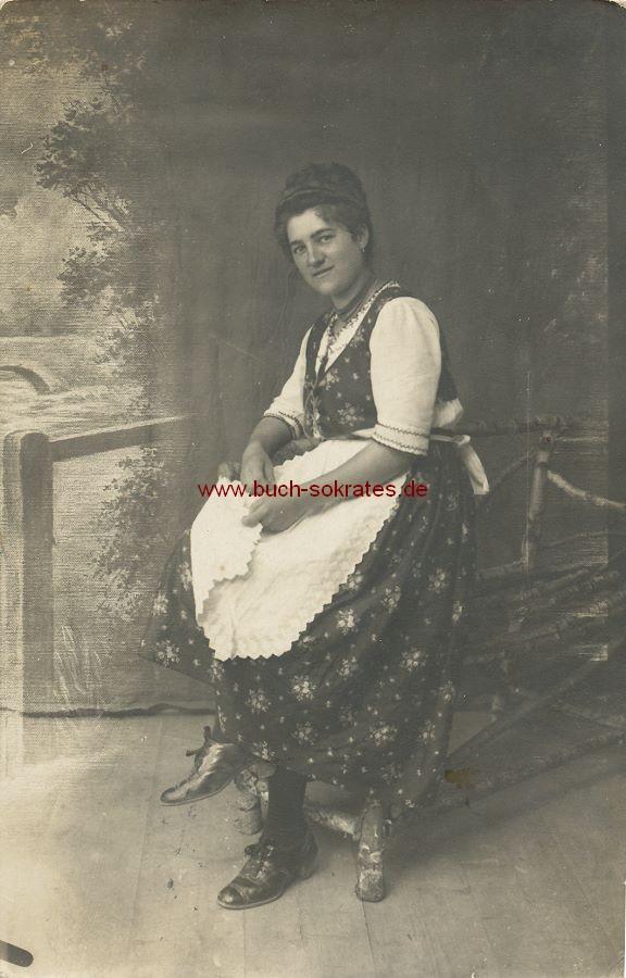 s/w-Foto-Postkarte Frau aus Eichberg/Gloggnitz/Österreich im Kleid mit Schürze (ca. 1930)