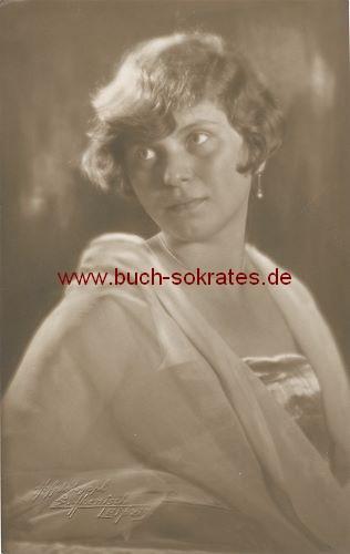 Foto Junge Frau aus Leipzig im eleganten Kleid mit Chiffonstola (ca. 1925)