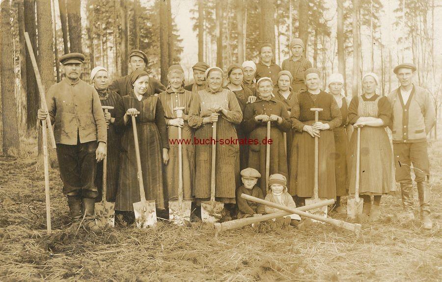 s/w-Foto-Postkarte Frauen u. Männer in Arbeitskleidung mit Spaten (ca. 1920)