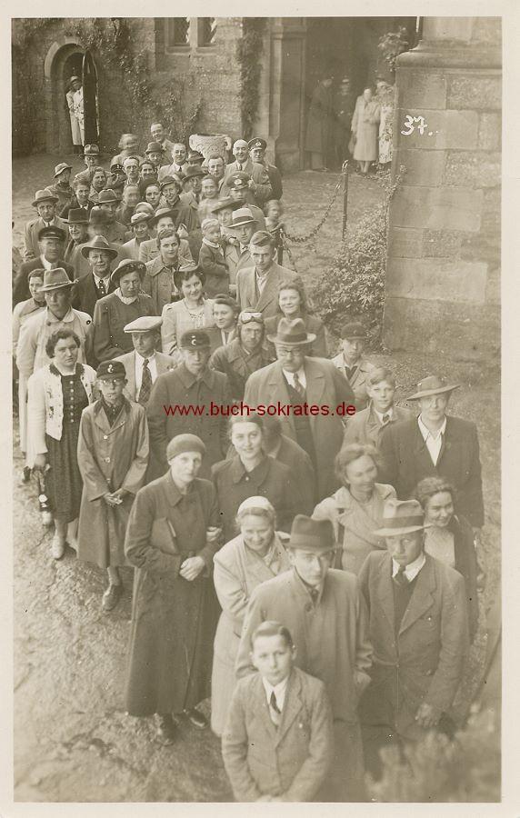 s/w-Foto-Postkarte Gruppe Touristen in Warteschlange an der Wartburg / Eisenach (ca. 1935)