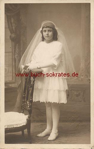 Foto-Postkarte Mädchen aus Bressoux / Lüttich am Betstuhl - Erstkommunion (1921)