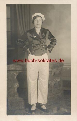 Foto Frau mittleren Alters in Matrosenkleidung (ca. 1930)
