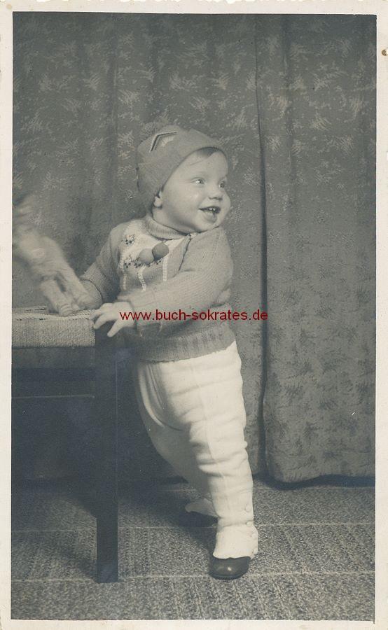 s/w-Foto-Postkarte Kleinkind mit Plüschtier / Esel (ca. 1940)