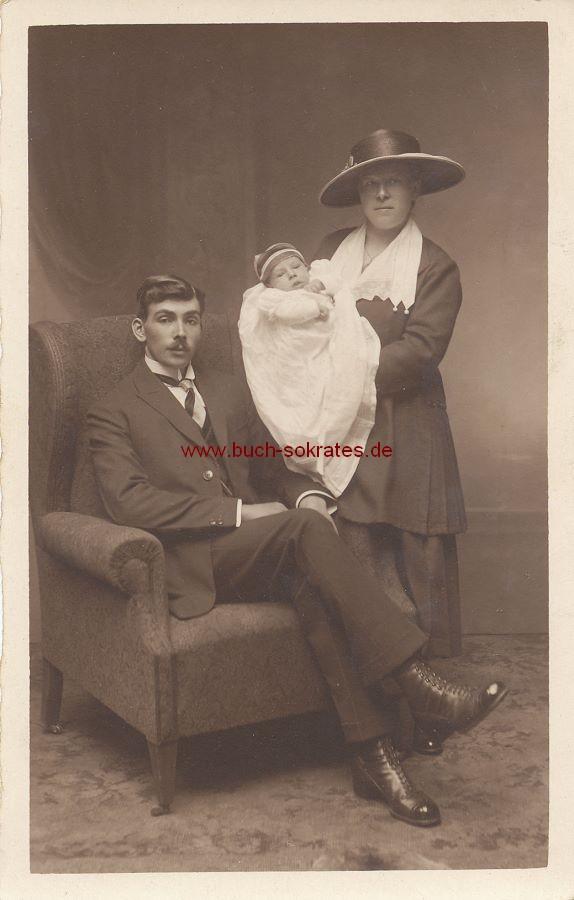 s/w-Foto-Postkarte Ehepaar aus Aachen mit Baby (ca. 1920)