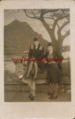 Foto-Postkarte Frauen mit Esel (ca. 1940)