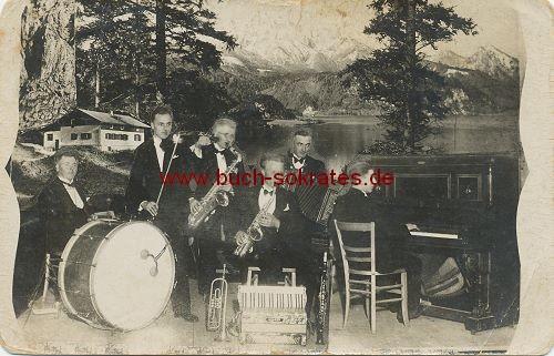 Musik-Kapelle vor Alpen-Kulisse - Foto-Montage (ca. 1930)