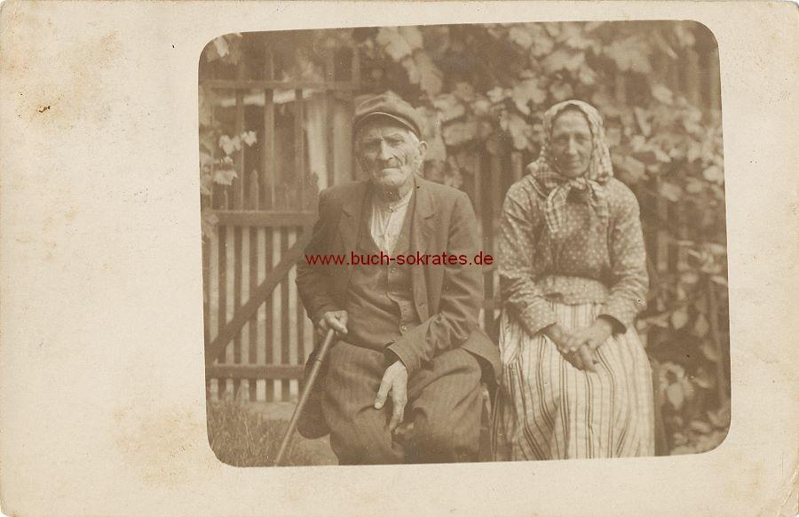 s/w-Foto-Postkarte Altes Paar (Bauern aus Tschechien/Böhmen?) vor Haus sitzend (ca. 1925)