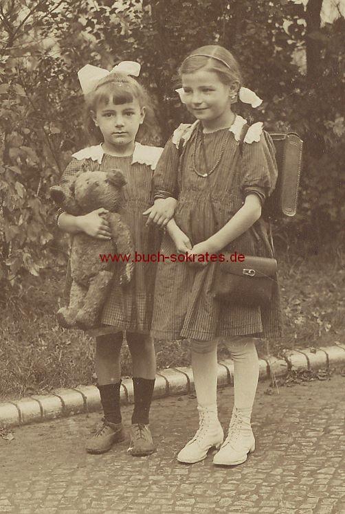 Foto Zwei kleine Mädchen aus Berlin mit Tornister u. Teddy im Hof (1919)