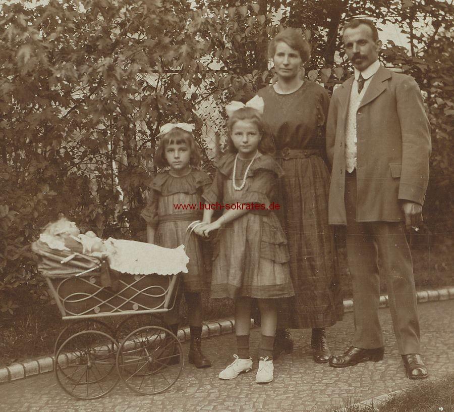 Foto Familie aus Berlin mit zwei kleinen Mädchen mit Puppenwagen (1920)