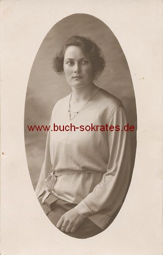 Foto-Postkarte Junge Frau aus Belgien (ca. 1920)