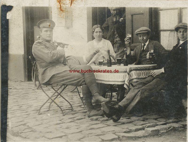 s/w-Foto-Postkarte 4 Personen aus Belgien beim Bier u. Stickarbeit (ca. 1915)