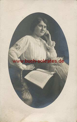 Foto Junge Frau in bestickter weißer Bluse (ca. 1910)
