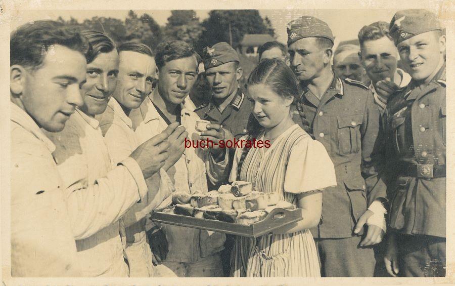 Postkarte Nazis Wehrmachtssoldaten (Versehrte im Lazarett?) beim Kuchen-Essen mit kleinem Mädchen (~1940)