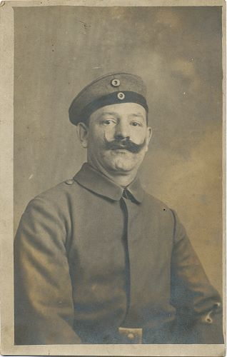 Soldat mit Zwirbelbart, in Uniform (ca. 1915)