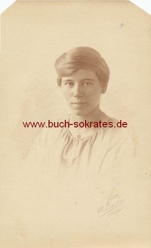Foto-Postkarte junge Frau aus Rotterdam (ca. 1920)