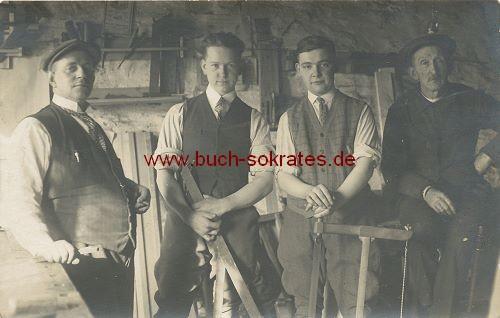 Foto-Postkarte 4 Männer aus Belgien in einer Werkstatt stehend (ca. 1920)