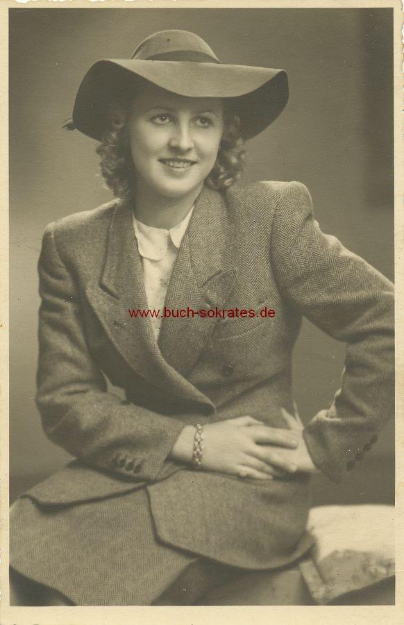 Foto Junge Frau aus Kolmar im Kostüm mit Hut (ca. 1945)
