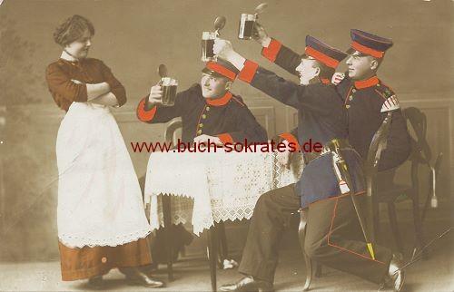 Foto-Postkarte Soldaten im Wirtshaus, Bier trinkend - handkoloriert (1918)