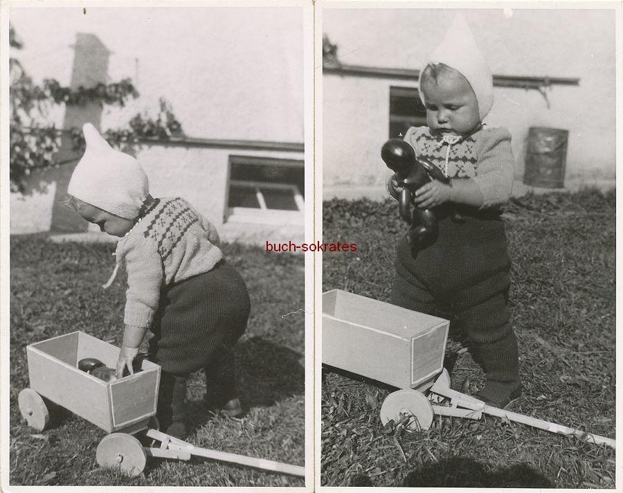 Foto Kleinkind mit Zipfelmütze u. Bollerwagen bzw. Neger-Puppe (ca. 1945)