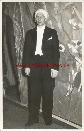 Foto Reportagefoto Mann aus Bregenz / Österreich im Anzug mit Turban (ca. 1950)