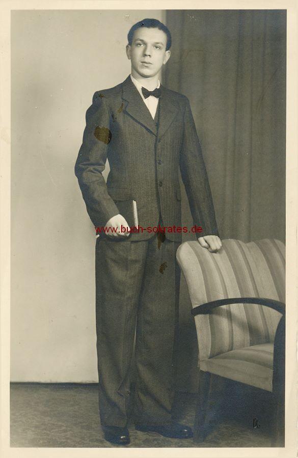 s/w-Foto-Postkarte Junger Mann aus Lauchhammer an einem Sessel (ca. 1955)