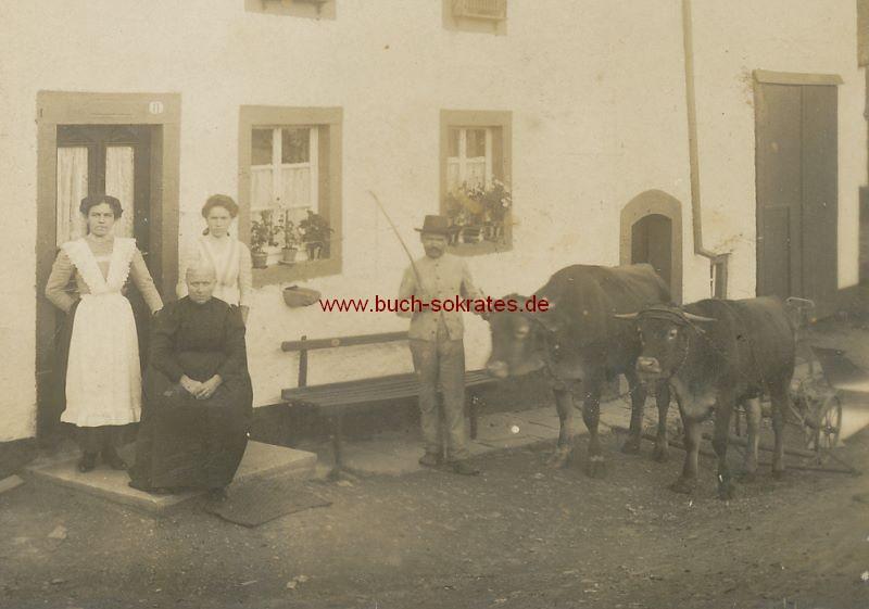 s/w-Foto-Postkarte Bauern aus Burg-Reuland / Belgien (ca. 1950)