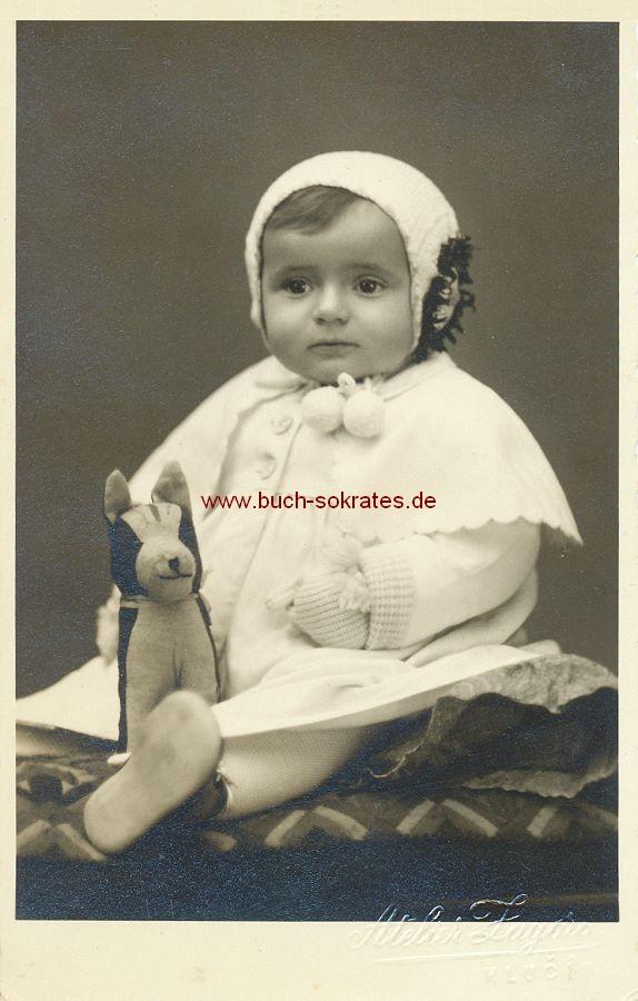 Foto Kleinkind aus Hlucin / Hultschin (Tschechien) mit Stofftier (ca. 1930)