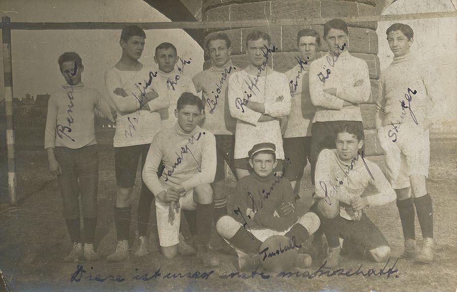 Foto Mannschaftsfoto Fußballer aus Miltenberg / Bayern vor einer Brücke (1912)