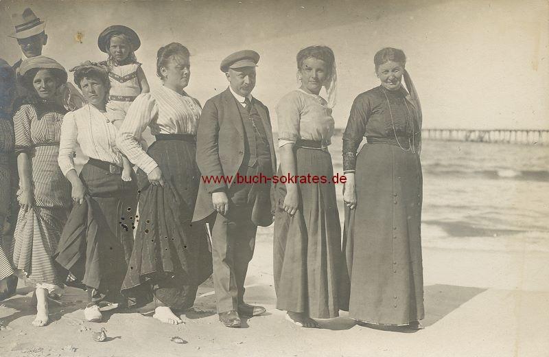 s/w-Foto-Postkarte Gruppe am Strand in voller Kleidung (ca. 1910)