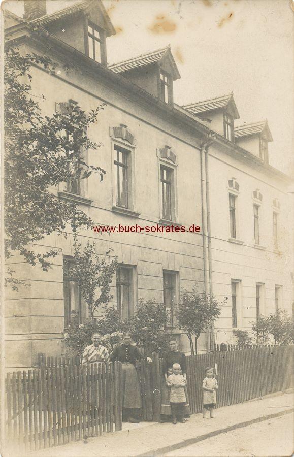 s/w-Foto-Postkarte Familie aus Colditz vor ihrem Haus stehend (1916)