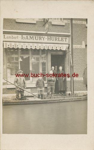 Foto-Postkarte Gruppe vor Laden - Überschwemmung? (ca. 1940)